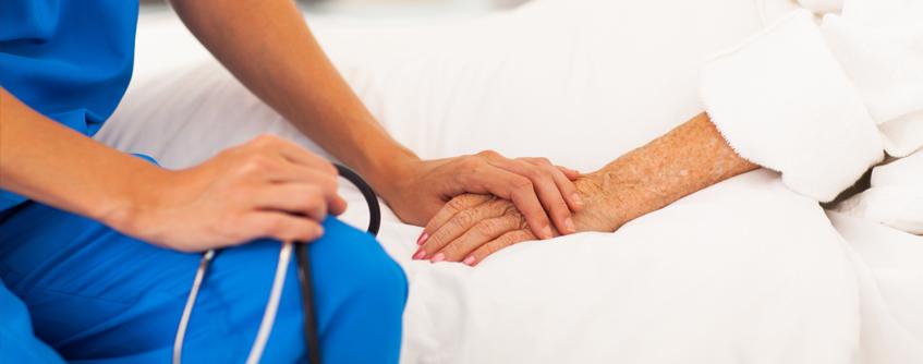 Enfermeira segurando a mão do paciente